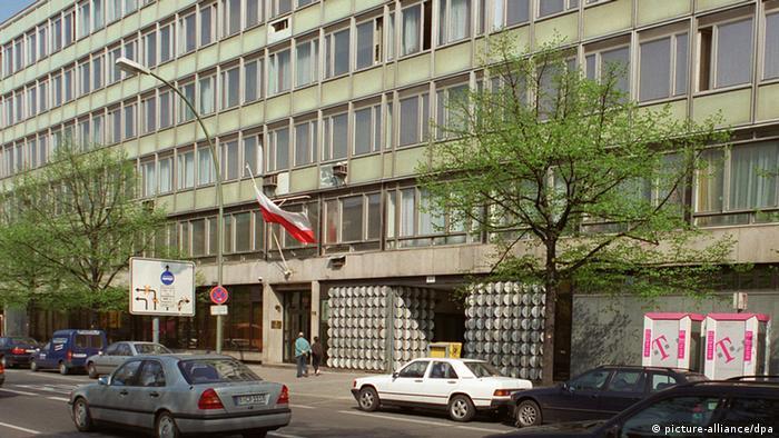 Berlin: Die weiß-rote polnische Fahne weht am Berliner Botschaftsgebäude von Polen in der Straße Unter den Linden. (BER467-280498)