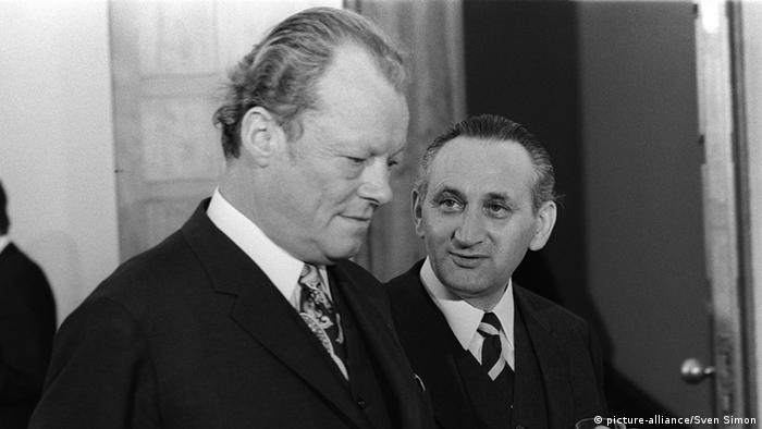 Kanzler Willy Brandt mit Staatssekretär Egon Bahr. (Foto: picture alliance)