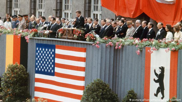 John Kennedy speaks in Berlin in 1963 with german dignitaries at his side (picture-alliance/Heinz-Jürgen Goettert)