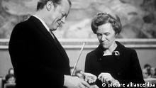 Das Archivbild zeigt die Vorsitzende des Nobelpreis-Komitess, Frau Aase Lionaes, die dem deutschen Bundeskanzler Willy Brandt die Urkunde und Medaille des Friedens-Nobelpreises am 10.12.1971 in der Aula der Universität von Oslo überreicht. Brandt war der erste Deutsche nach dem zweiten Weltkrieg, dem diese Auszeichnung verliehen wurde. dpa (zu dpa-KORR.: Vor 30 Jahren - Friedensnobelpreis für Willy Brandt vom 15.10.2001)null