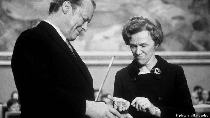 Willy Brandt erhält 1971 den Friedensnobelpreis. (Foto: dpa)