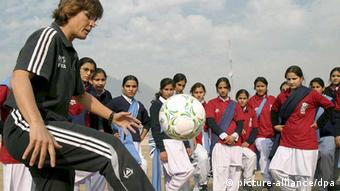 German soccer coach Monika Staab (L) gives instructions to Pakistani female soccer players during a training session in Muzaffarabad the capital of Pakistani administered Kashmir 04 December 2007. German coach Monica Staab is re-visiting Pakistan to hold coaching sessions for female soccer players across the country. EPA/NASIRUDDIN MUGHAL +++(c) dpa - Bildfunk+++