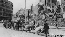 Refugiados retornam a Berlim em meio a ruínas em 1945