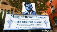 Bilder eines Plakates zum Gedächtniskonzert für JFK in der St. Matthäus-Kathedrale in Washington,wo auch der Begräbnis-Gottesdienst stattgefunden hat. Fotograf: Gero Schließ, DW, Dallas, Nov. 2013