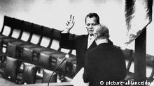 Der neue Bundeskanzler Willy Brandt legt nach seiner Wahl vor Bundestagspräsident Kai Uwe von Hassel im Bundestag in Bonn am 21.10.1969 seinen Amtseid ab. pixel