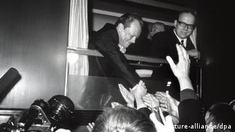 Aus dem Zugfenster schüttelt Willy Brandt viele Hände (Foto: dpa)