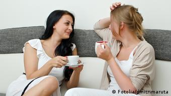 Две женщины пьют кофе