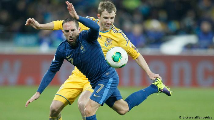 FILE - French player Franck Ribery (F) fights for the ball with Oleksandr Kucher (R) of Ukraine during their World Cup 2014 qualification match Ukraine vs France in Kiev, Ukraine, 15 November 2013. EPA/SERGEY DOLZHENKO (zu dpa Vorausmeldung: «Frankreich droht in den Playoffs erstes WM-Aus seit 20 Jahren» vom 18.11.2013) +++(c) dpa - Bildfunk+++
