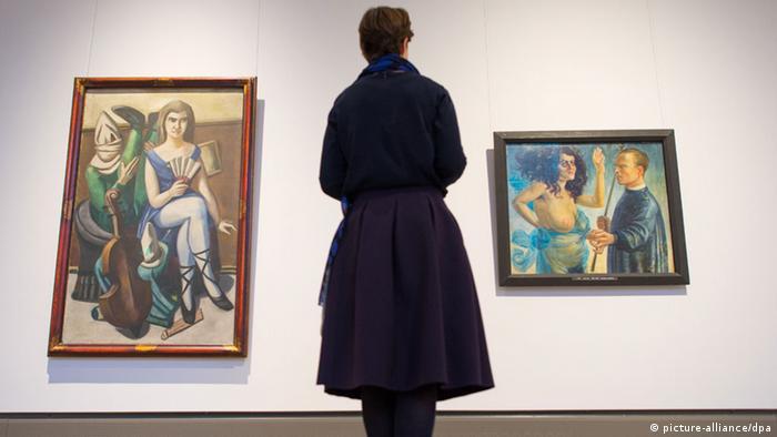 Посетительница музея перед картинами Бекмана и Дикса
