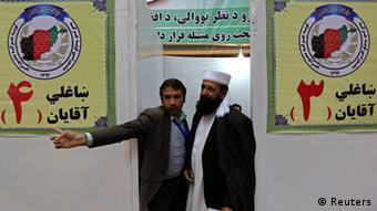 Registrierung für die Teinahme an der Loja Dschirga (Foto: Reuters)
