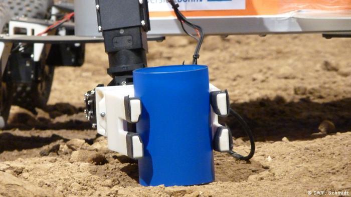 A robot developed at Bonn University grips a beaker of water (Photo: Fabian Schmidt/DW)