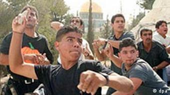 5 Jahre Intifada: Steine werfende palästinensische Jugendliche