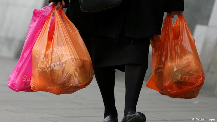 Photo: A woman carrying plastic bags. (Source: Getty Images)
