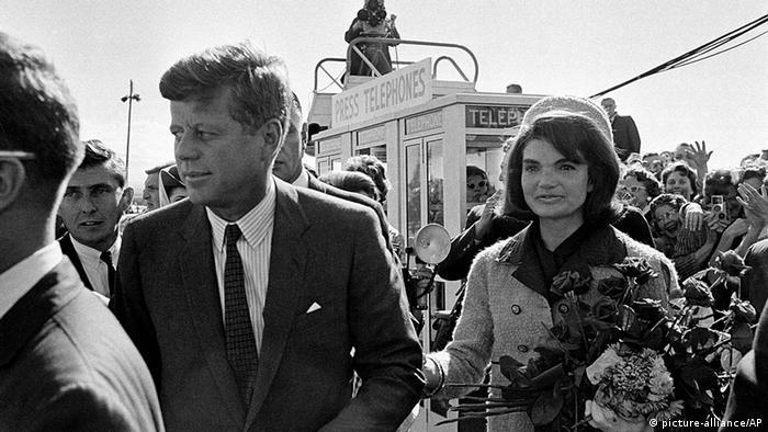 ژاکلین کندی و جان اف کندی در هنگام ورود به فرودگاه دالاس در روز ۲۲ نوامبر ۱۹۶۳؛ روزی که کندی ترور شد.