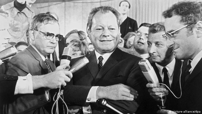 Willy Brandt am Wahltag 1969 vor Journalisten. (Foto: dpa)