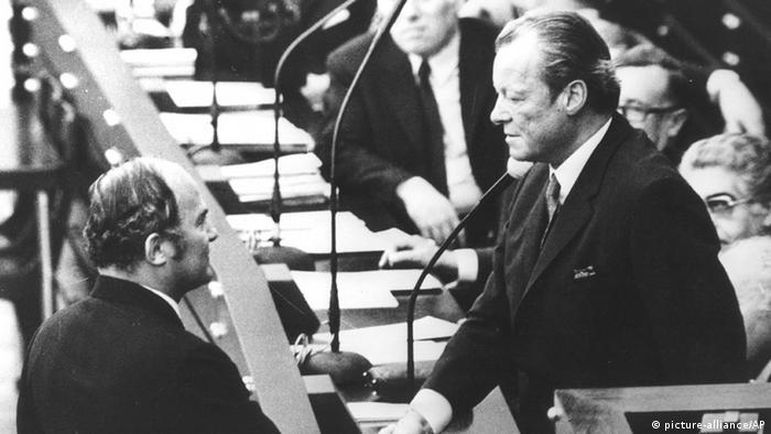 Rainer Barzel gratuliert Willy Brandt nach dem gescheiterten Misstrauensvotum 1972. (Foto: AP)