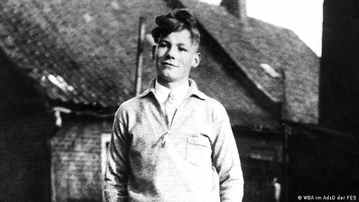 Herbert Frahm vor einem weißen Gartenzaun stehend. (Foto: Willy-Brandt-Archiv der Friedrich-Ebert-Stiftung)