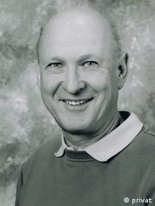 دیتر پترز، دبیر بیولوژی، بیش از سی سال است که در دبیرستانهای ایالت نوردراینوستفالن آلمان کار میکند