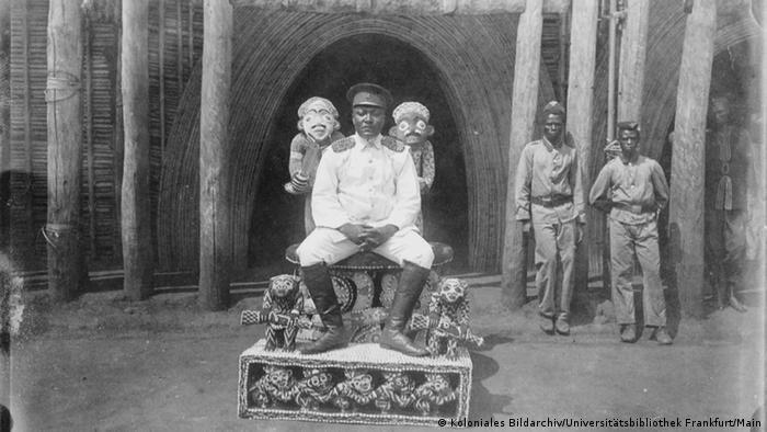 Bildinhalt: Ibrahim Njoya, König der Bamoum, etwa 1906 (Foto: Koloniales Bildarchiv, Universitätsbibliothek Frankfurt/Main / Constantin Guillemain)