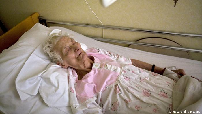 Amelie Van Esbeen pictured in her bed at the Sint-Bartholomeus elderly home in Merksem, Belgium, 23 March 2009. The 93 year old woman went on a hungerstrike because she asked for euthanasia, but her request was denied. Last week she already tried to commit suicide. Photo: JORGE DIRKX BELGIUM OUT +++(c) dpa - Report+++