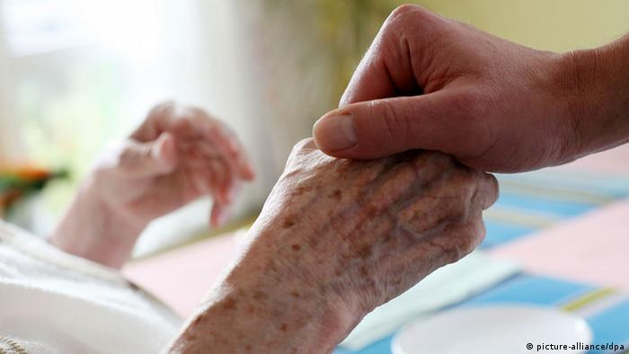 The hand of a dying woman (picture-alliance/dpa)