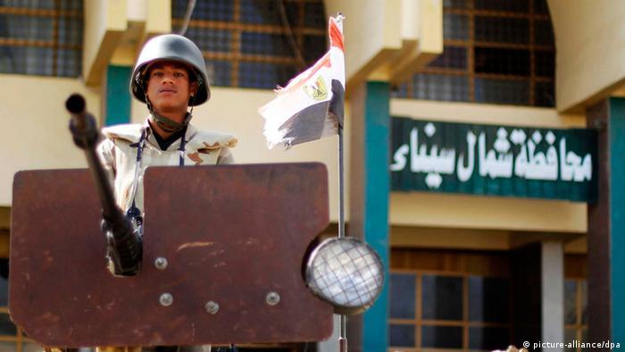 جندي مصري في يراقب الوضع أمام مبنى محافظة شمال سيناء.