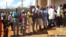 Titel: Kommunalwahl Mosambik - Pemba Schlagworte: Kommunalwahlen, Eleições Autárquicas, Wahlen, Mosambik, Stimmen, Wähler, Wahl Ort: Pemba, Cabo Delgado, Mosambik Fotograf: Eleutério Silvestre (DW) Datum: 20.11.2013 Beschreibung: Wähler stimmen in Pemba (Provinz Cabo Delgado in Nordmosambik) bei den Kommunalwahlen am 20. November 2013 ab. Auf dem Bild das Wahllokal Assembleia de Voto Número 2000906 in Pemba.