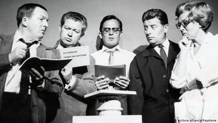 The Münchner Lach- und Schießgesellschaft, performing in 1966. Left to right in image: Hans-Jürgen Diedrich, Klaus Havenstein, Dieter Hildebrandt*, Jürgen Scheller, Ursula Noack.