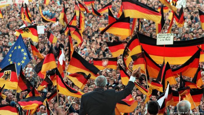 درحالی که ائتلاف دمکراتمسیحیها و سوسیالمسیحیها به رهبری هلموت کهل پس از وحدت دو آلمان در اوج اقتدار و قدرت بود، حزب سبزها برای ورود به مجلس در انتخابات پارلمانی سال ۱۹۹۰ موفق به کسب پنج درصد نشد و از حضور در عرصه سیاست فدرال و کشوری بازماند.