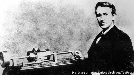 Thomas Alva Edison with his phonograph in 1878 (picture-alliance/United Archives/TopFoto)