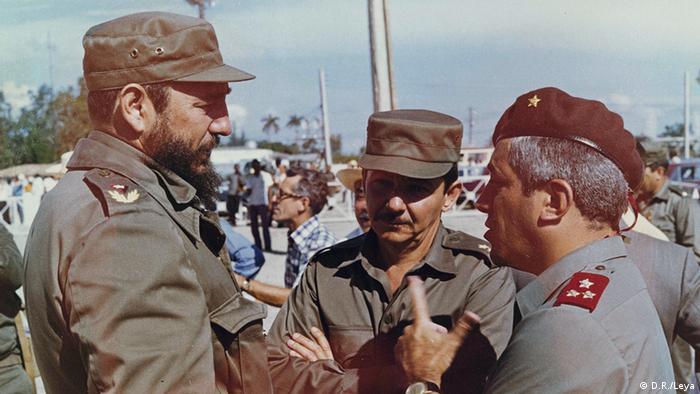 Fidel Castro (esq.) recebeu o militar português Otelo Saraiva de Carvalho (dir.) em Cuba em julho de 1975