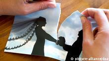 ARCHIV - ILLUSTRATION - Eine Frau zereisst ihr Hochzeitsfoto, aufgenommen in Frankfurt (Oder) am 06.10.2011 (Symbolbild zum Thema Scheidung). Foto: Patrick Pleul/dpa (zu dpa Jede dritte Ehe wird geschieden - Paare bleiben aber länger zusammen vom 30.07.2013) +++(c) dpa - Bildfunk+++