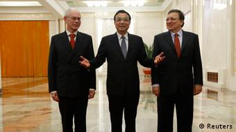 China's Premier Li Keqiang (C) gestures next to European Commission President Jose Manuel Barroso (R) and European Council President Herman Van Rompuy (L) as they pose for pictures during their meeting at the Great Hall of the People in Beijing, November 21, 2013. REUTERS/Kim Kyung-Hoon (CHINA - Tags: POLITICS BUSINESS)