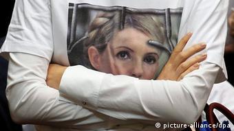 Сторонник с Тимошенко в футболке с изображением бывшего премьер-министра Украины за решеткой