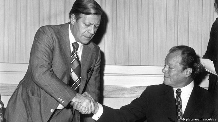 Bundeskanzler Helmut Schmidt begrüßt den Altbundeskanzler Willy Brandt in Berlin. (Foto: picture-alliance)