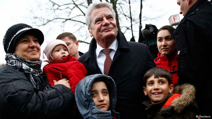 German President Joachim Gauck poses for a picture with Syrian refugees (photo via reuters)