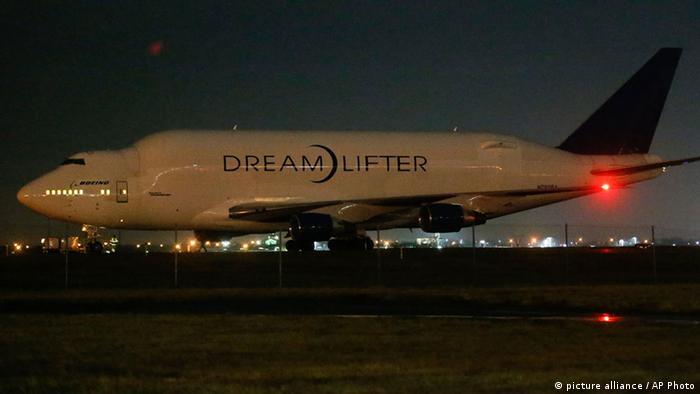از این هواپیما منحصراً برای حمل قطعات هواپیمای ۷۸۷، از تولیدکنندگان در سراسر جهان به پایگاه مونتاژ بوئینگ استفاده میشود. محفظه حمل بار این هواپیما یک هزار و ۸۴۰ متر مکعب ظرفیت دارد که یکی از بزرگترینها در جهان محسوب میشود. طول بالهای دریملیفتر بیش از ۶۴ متر است و طول بدنه آن نیز بیش از ۷۱ متر است. برد این هواپیما ۷ هزار و ۸۰۰ کیلومتر است.