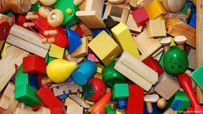 کودکان دوست دارند هر چیزی را به دهان ببرند. اسباببازی پلاستیکی با سلامت کودک سازگار نیست. جایگزینی اسباببازیهای پلاستیکی سنتی با اسباببازیهایی که از چوب ساخته شدهاند، بهترین گزینه است.
