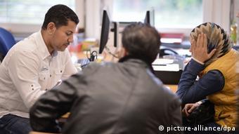 Beratung für Asylbewerber (Foto: Bernd von Jutrczenka/dpa)