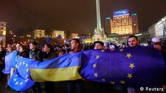 Демонстранты в Киеве несут флаги Украины и ЕС