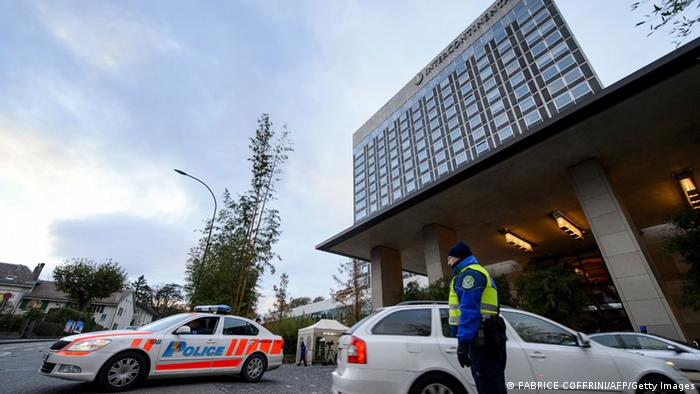Polizeiwachen vor dem Eingang des Hotels Intercontinental in Genf (Foto: AFP/Getty Images)
