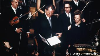 Willy Brandt 1971 holds the Nobel Peace Prize certificate (Foto: picture alliance/dpa)