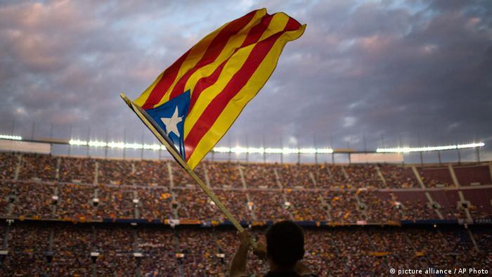 Katalanischer Flagge vor einer Stadion-Tribüne - Nach dem Referendum in Schottland will Katalonien auch abstimmen. Im Notfall wäre auch ziviler Ungehorsam gerechtfertigt, sagt der katalanische Philosoph und EU-Abgeordnete Josep Maria Terricabra.