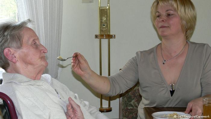Îngrijitorii de bătrâni sunt la datorie 24 de ore din 24