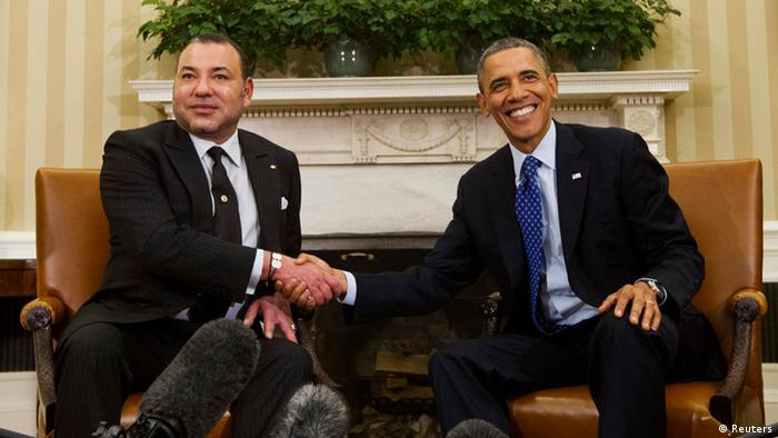 U.S. President Barack Obama (R) shakes hands with King Mohammed VI of Morocco in the Oval Office of the White House in Washington, November 22, 2013. REUTERS/Jason Reed (UNITED STATES - Tags: POLITICS ROYALS)