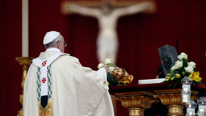 Pope Francis blesses the relics of the Apostle Peter on the altar during a mass at St. Peter's Square at the Vatican November 24, 2013. REUTERS/Stefano Rellandini (VATICAN - Tags: RELIGION)