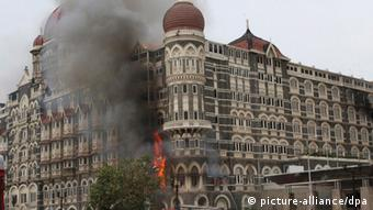 Taj Mahal Hotel in Mumbai during terrorst attack (picture-alliance/dpa)