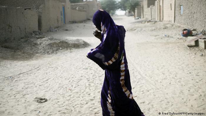 Verhüllte Frau auf einer Straße (Foto: Fred Dufour/AFP/Getty Images)