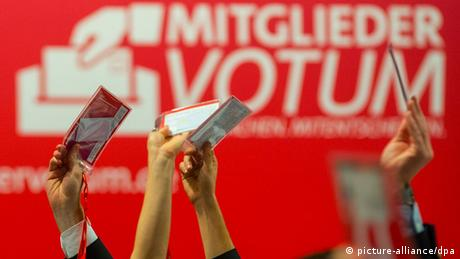 SPD members vote by holding up a card at a party conference Photo: Hannibal/dpa