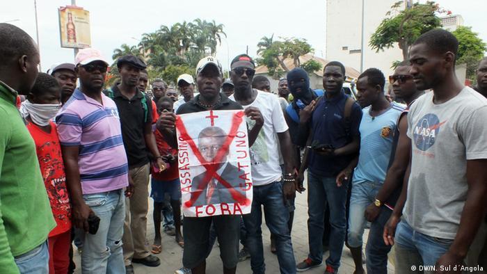 Manifestantes reclamam verdade sobre destino de Kamulingue e Cassule num protesto em Benguela (23.11.2013)